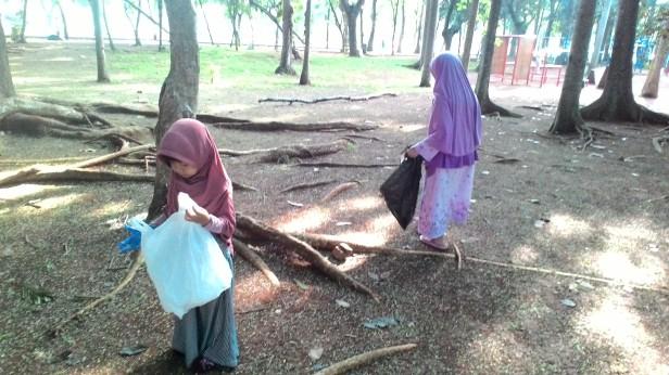 Menyisir Sampah Tahun Baru Masehi di Taman Kota Bersama Komunitas HS Muslim